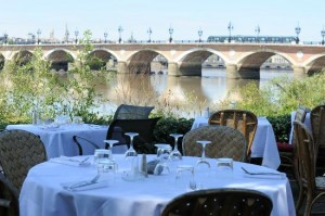 Tables en bord de Garonne
